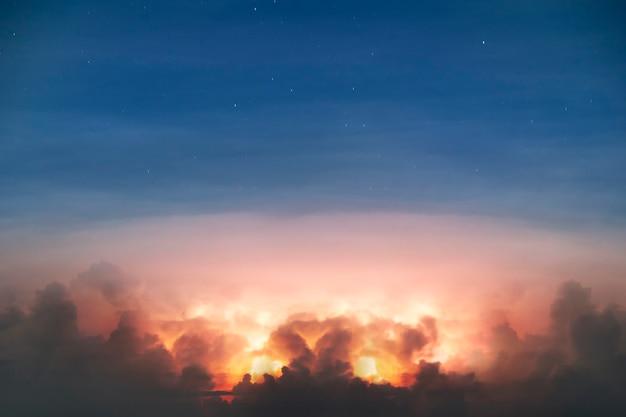 Streszczenie ciemna chmura w nocy z piorunem ciężka burza przynosząca grzmoty i błyskawice