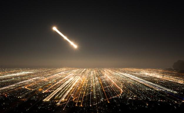 Streszczenie długich ekspozycji, eksperymentalne surrealistyczne zdjęcia, światła miasta i pojazdów w nocy