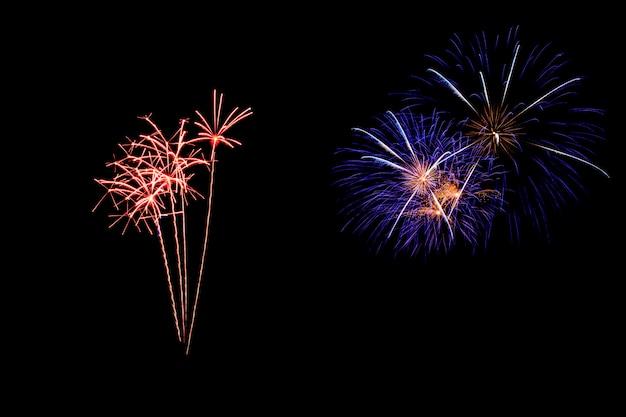 Streszczenie fajerwerki zapalają ciemne niebo