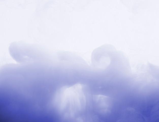 Streszczenie gęsta niebieska chmura mgły