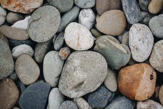 Streszczenie gładkie okrągłe kamyczki morze