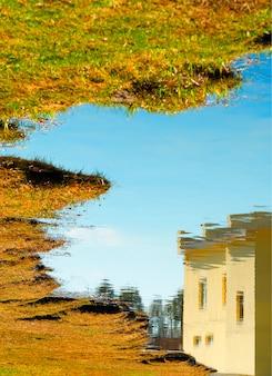 Streszczenie kabiny domku odbicie w tle tekstury powierzchni rzeki