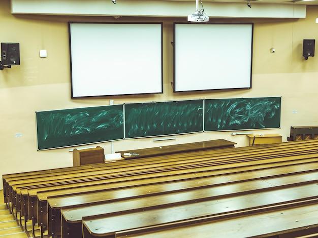 Streszczenie klasyk pusta duża sala wykładowa na uniwersytecie