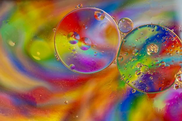 Streszczenie kolorowe bąbelki. mieszanie wody i oleju. nierealistyczne kolorowe bąbelki, różne filtry kolorów. może być używany jako tło świąteczne, tekstura pocztówka.