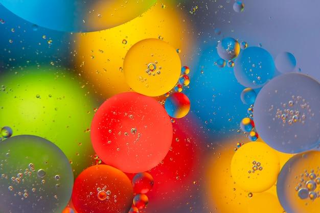 Streszczenie kolorowe kulki oleistej cieczy na niewyraźnej powierzchni
