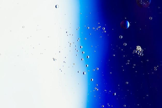 Streszczenie kolorowe tło z różnych przezroczystych kropel deszczu