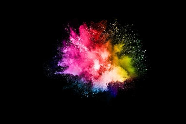 Streszczenie kolorowy wybuch pyłu na czarno.