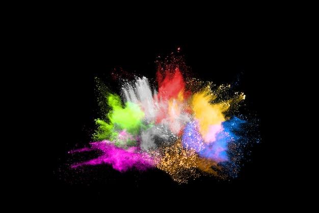 Streszczenie kolorowy wybuch pyłu na czarnym tle.