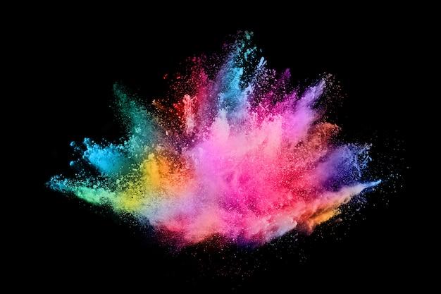 Streszczenie kolorowy wybuch pyłu na czarnym tle