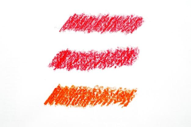 Streszczenie kredka na białym tle. czerwona kredka kulas tekstury. woskowa pastelowa plama. to jest narysowana ręka