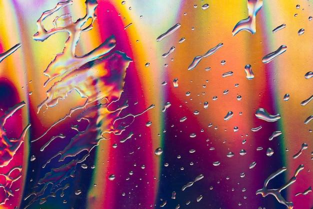 Streszczenie kropla wody na odzwierciedlenie pełnego koloru tła papieru
