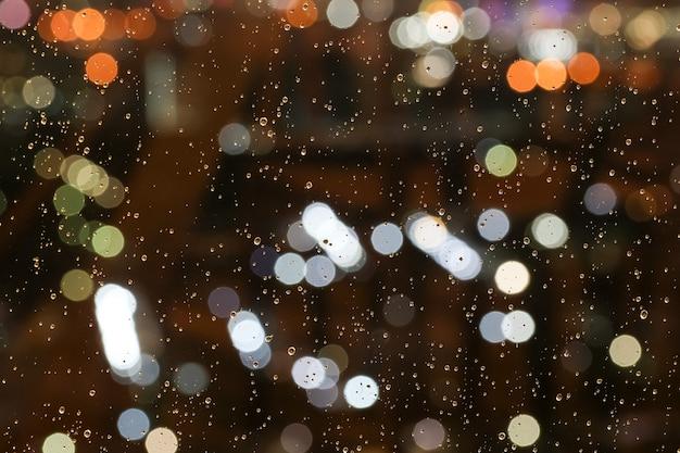 Streszczenie kropla wody, rozmycie i bokeh, pada deszcz