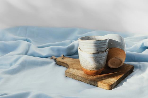 Streszczenie minimalne kubki kuchenne na desce do krojenia