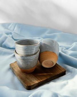 Streszczenie minimalne kubki kuchenne na drewnianej desce wysoki widok