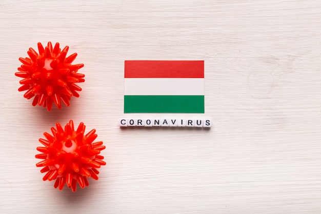 Streszczenie modelu szczepu wirusa koronawirusa lub koronawirusa zespołu oddechowego bliskiego wschodu 2019-ncov covid-19 z tekstem i flagą węgry na białym tle.
