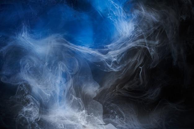 Streszczenie niebieskim tle oceanu. podwodny wirujący dym, tapeta w żywych kolorach morza, farba fal w wodzie