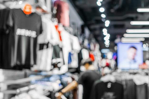 Streszczenie niewyraźne człowiek zakupy w sklepie z odzieżą mody