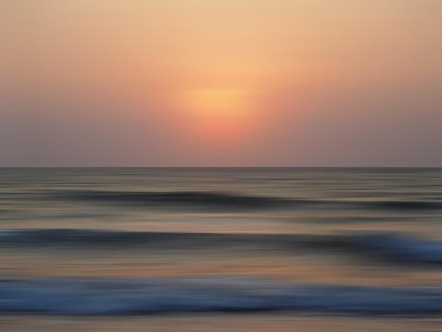 Streszczenie niewyraźne krajobraz wybrzeża morskiego o zachodzie słońca