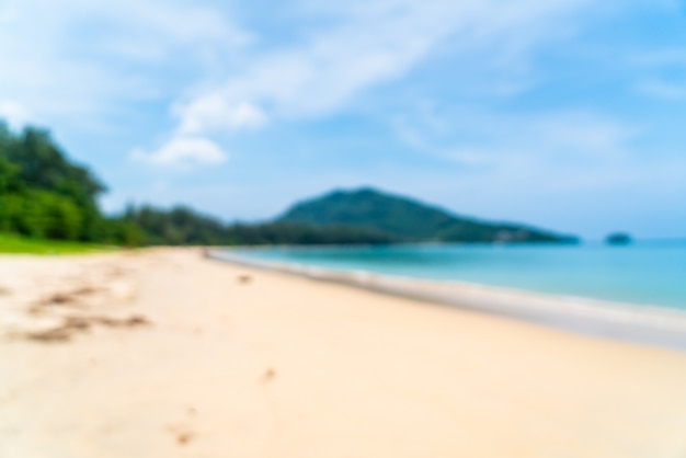 Streszczenie niewyraźne pięknej tropikalnej plaży i morza na rajskiej wyspie