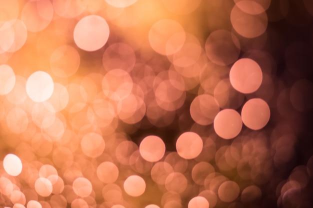 Streszczenie niewyraźne różowe i żółte światło z kropli wody na tle bokeh szyby przedniej