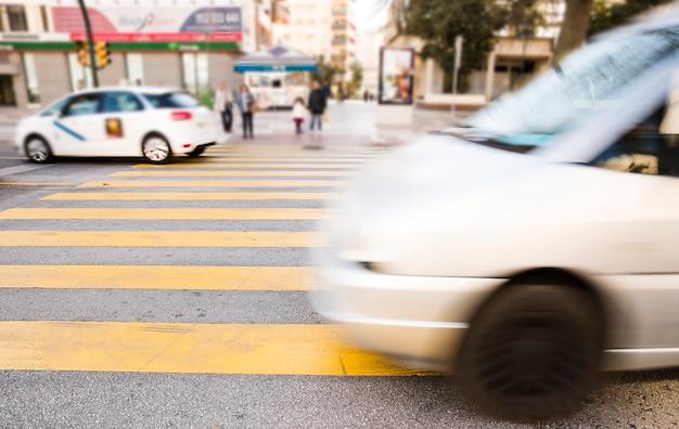 Streszczenie niewyraźne samochody; pojazdy na ulicy w mieście