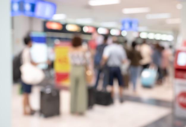 Streszczenie niewyraźne tło podróżnych w odprawie odlotów terminalu lotniska