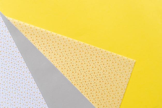 Streszczenie nowoczesne tło z papieru czerpanego w ostatecznych szarych i rozświetlających żółtych kolorach