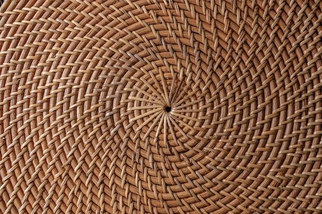 Streszczenie ozdobny drewniany kosz teksturowanej tkactwo. kosz tekstura tło, z bliska. streszczenie naturalne wiklinowe poziome tło lub tekstura