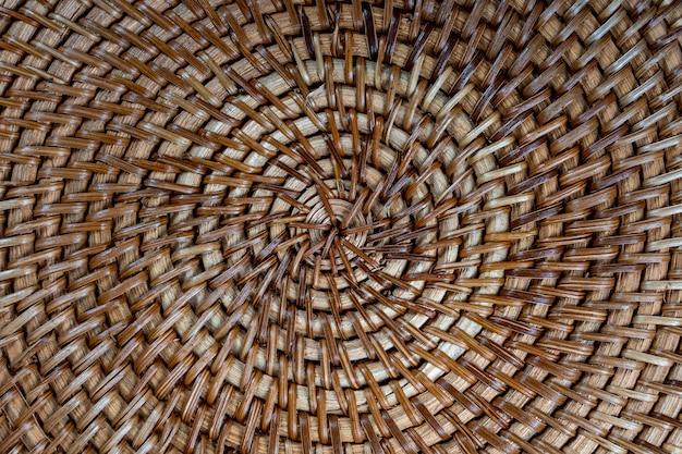 Streszczenie ozdobny drewniany kosz z teksturą tkania.