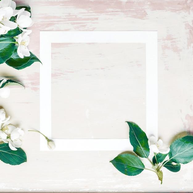 Streszczenie pastelowe tło z ramą i wiosną kwitnącej jabłoni