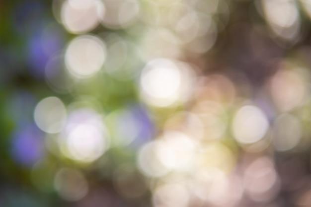 Streszczenie pastelowy zielony bokeh z jasnymi okręgami nieostre rozmycie.