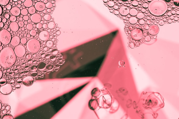 Streszczenie piramidy z bąbelkami w kolorze różowym