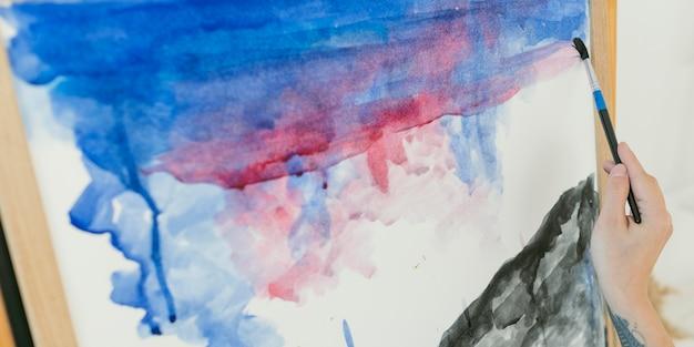 Streszczenie plamy kolorowych akwareli i pędzla