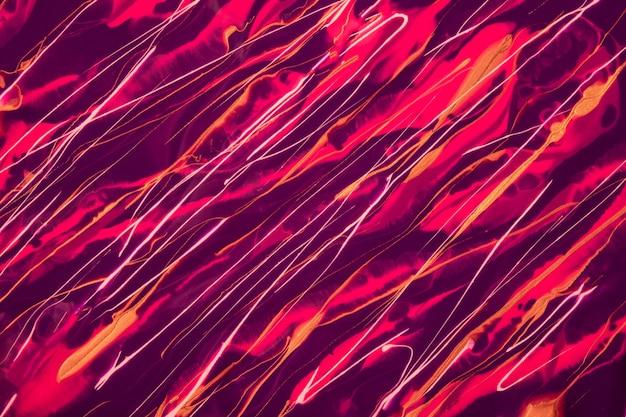 Streszczenie płynne tło ciemne fioletowe i fioletowe kolory. płynny marmur. malarstwo akrylowe na płótnie z czerwonymi liniami i gradientem. atrament alkohol tło z falistym wzorem wina.