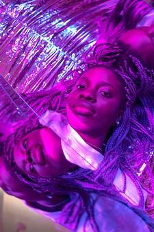 Streszczenie portret afrykańskiej kobiety w stylu vaporwave