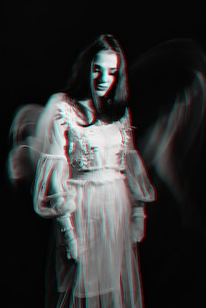 Streszczenie portret dziewczyny w sukience. czarno-biały anaglif z efektem usterki 3d