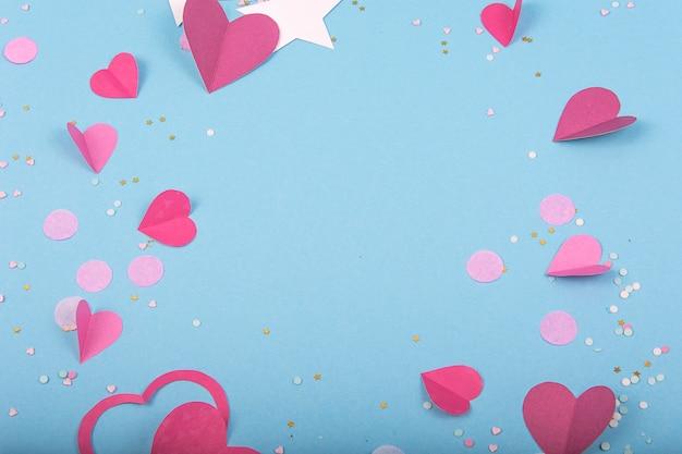 Streszczenie powierzchni z papierowymi sercami, gwiazdami na walentynki
