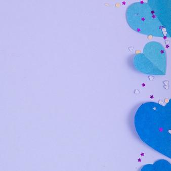 Streszczenie powierzchni z papierowymi sercami, konfetti na walentynki