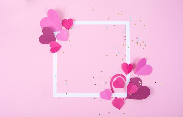 Streszczenie powierzchni z serca papieru i pusta biała ramka na walentynki