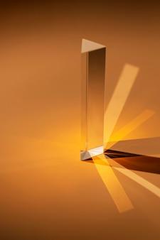 Streszczenie przezroczysty pryzmat i światło w odcieniach brązu