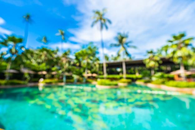 Streszczenie rozmycie i defocus luksusowy odkryty basen w hotelowym kurorcie