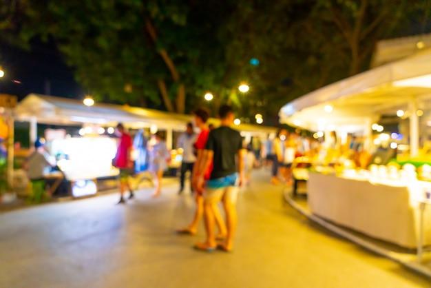 Streszczenie rozmycie i niewyraźne nocny targ uliczny