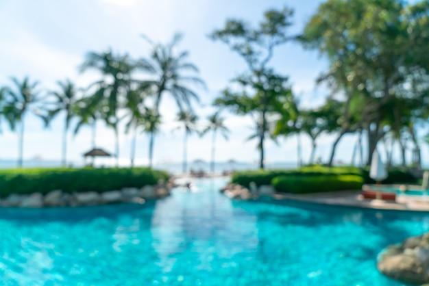 Streszczenie rozmycie puli łóżka wokół basenu swimmimg w luksusowym hotelu resort na tle - koncepcja wakacji i wakacji