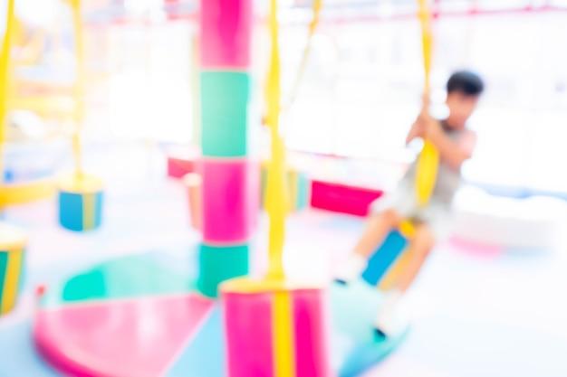 Streszczenie rozmycie szczęśliwy dzieci bawiące się na slajdzie, kryty plac zabaw dla dzieci.