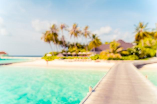 Streszczenie rozmycie tropikalnej plaży i morza na malediwach na tle - koncepcja wakacje wakacje