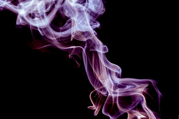 Streszczenie różowy i fioletowy dym na czarno
