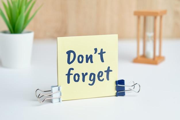 Streszczenie strony napis nie zapomnij jako koncepcja przypomnienia.