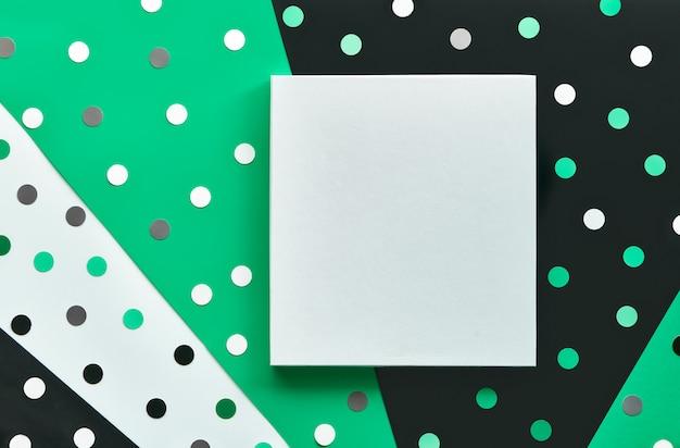 Streszczenie szablon transparent lub karty z konfetti, kropki.