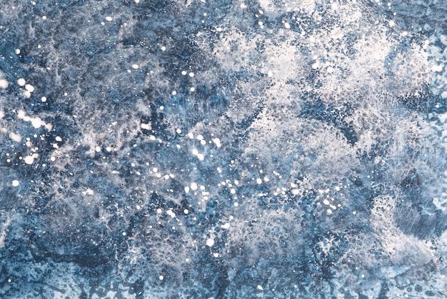 Streszczenie sztuka tło granatowy i biały kolory. akwarela na papierze z denimowym gradientem.