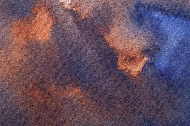 Streszczenie sztuka tło granatowy i pomarańczowy kolory. akwarela na płótnie z brązowymi plamami i gradientem. fragment grafiki na papierze z wzorem. tekstura tło, makro.